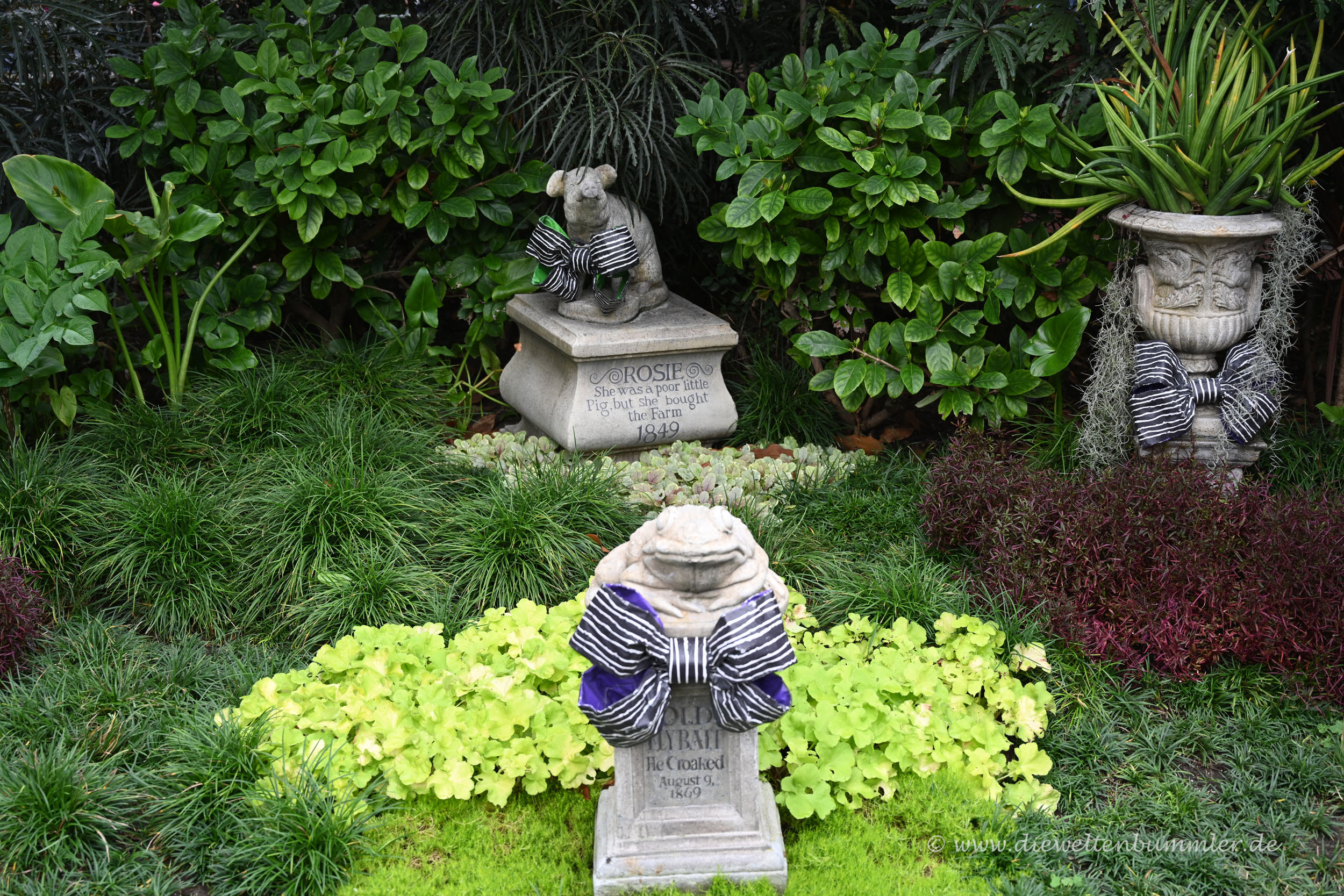 Friedhof vor dem Geisterhaus