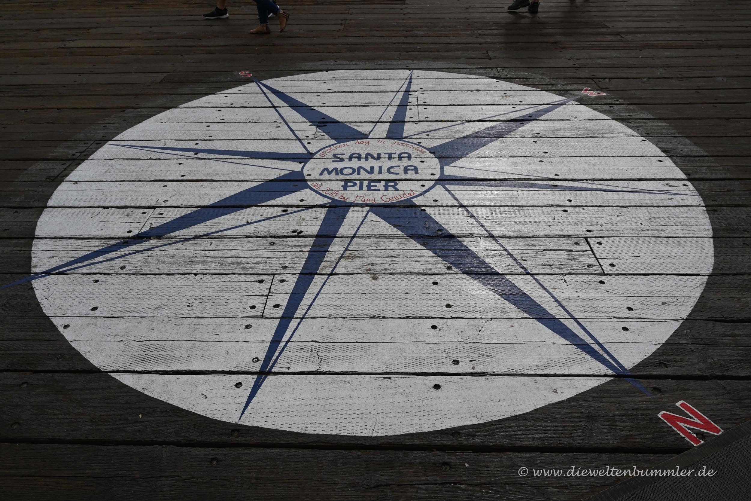 Kompassnadel auf dem Pier