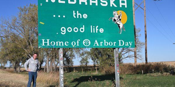 Michael Moll am Nebraska Welcome Sign