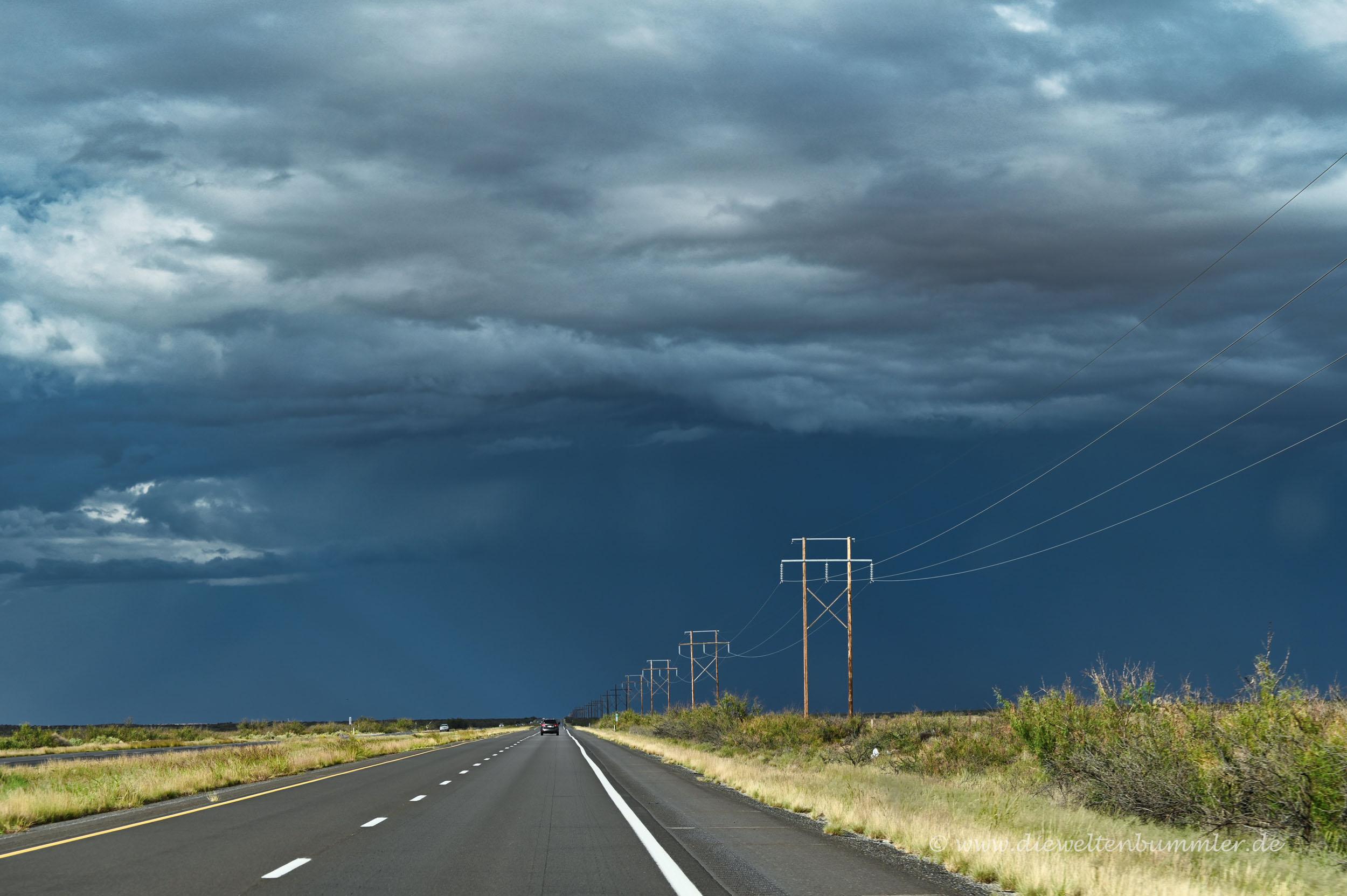 Dunkle Wolken auf dem Weg nach Alamogordo