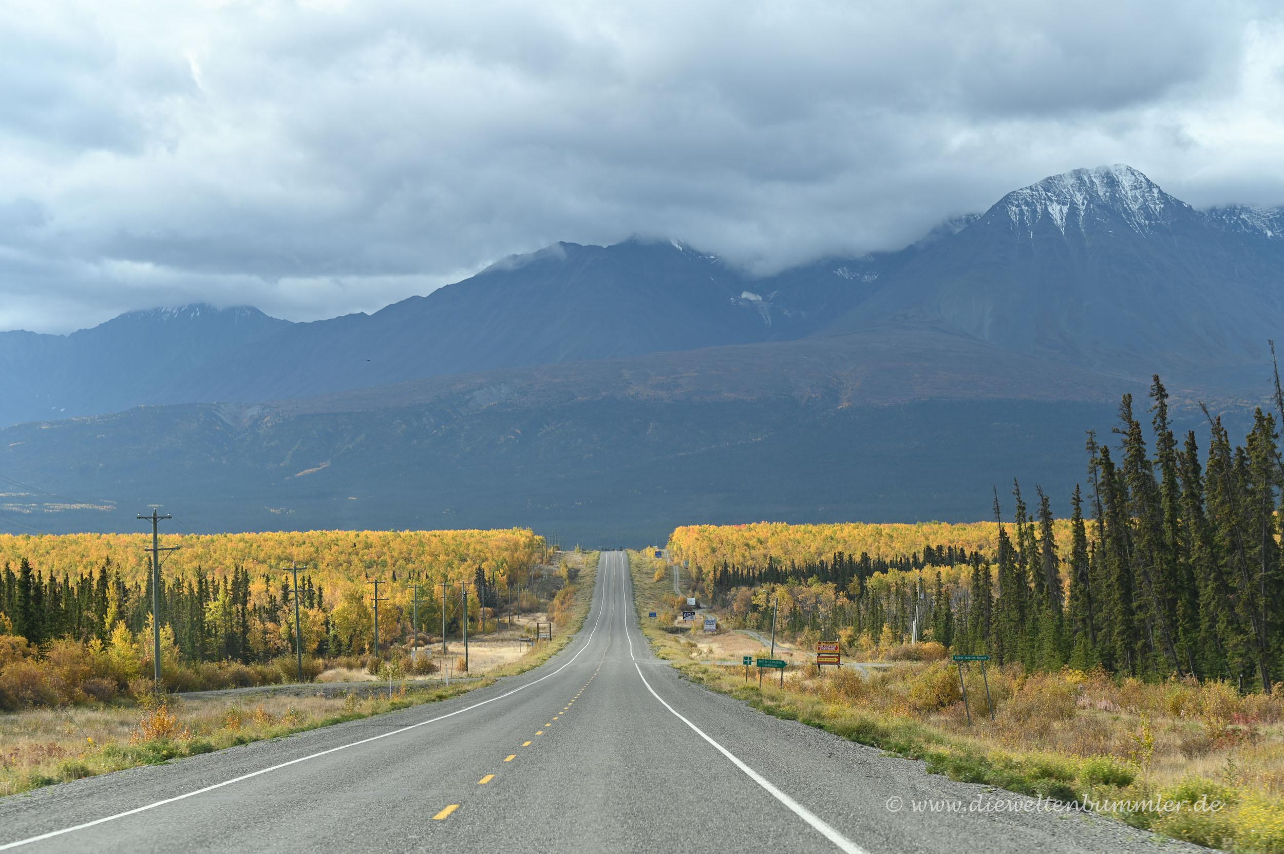 Einsamer Highway im Yukon