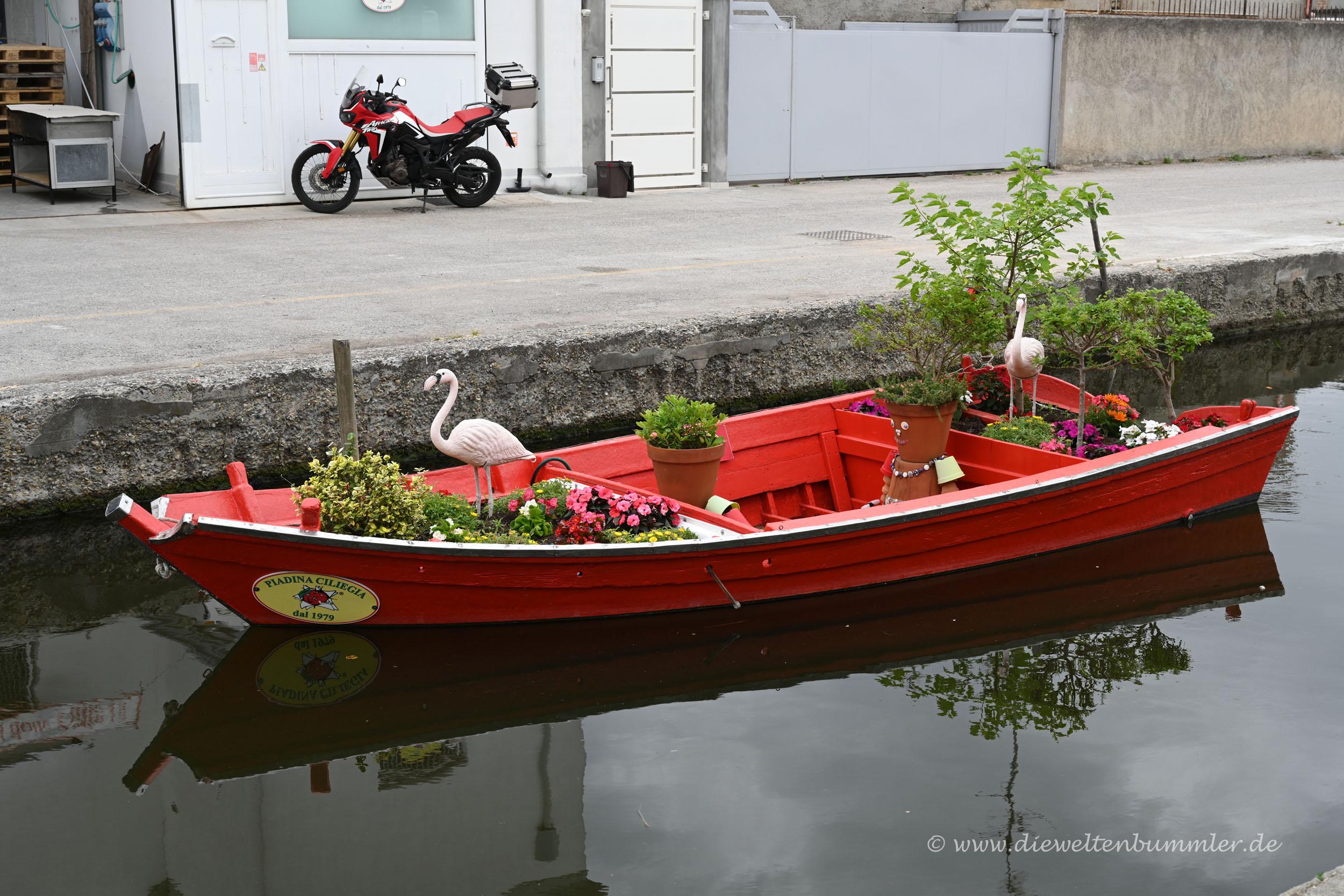 Kleines Boot im Kanal