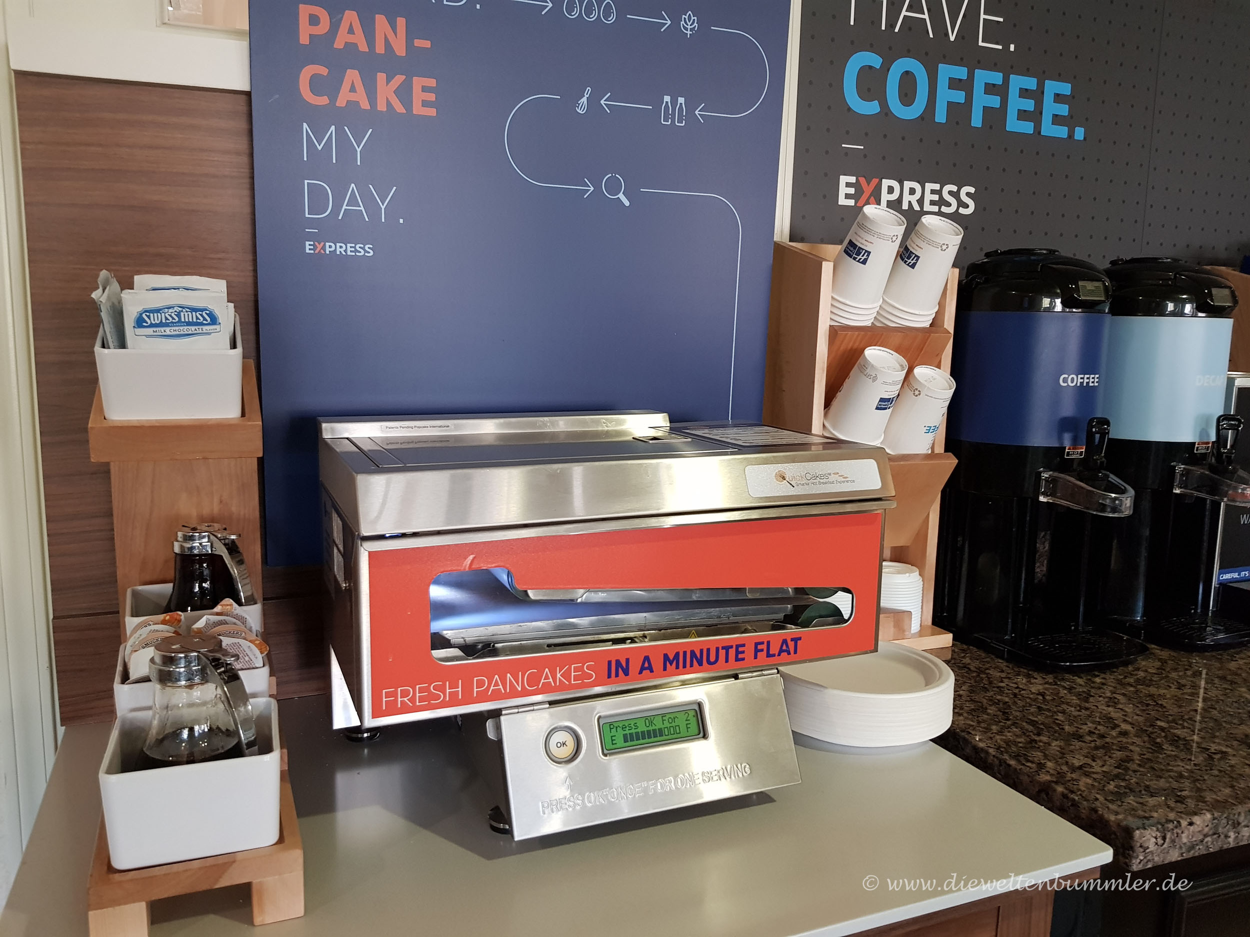 Pancake-Automat im klassischen Frühstücksraum