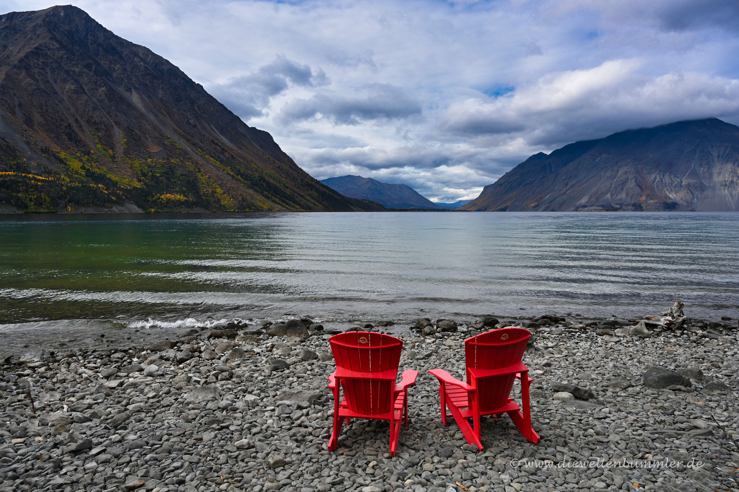 Rote Stühle am Strand