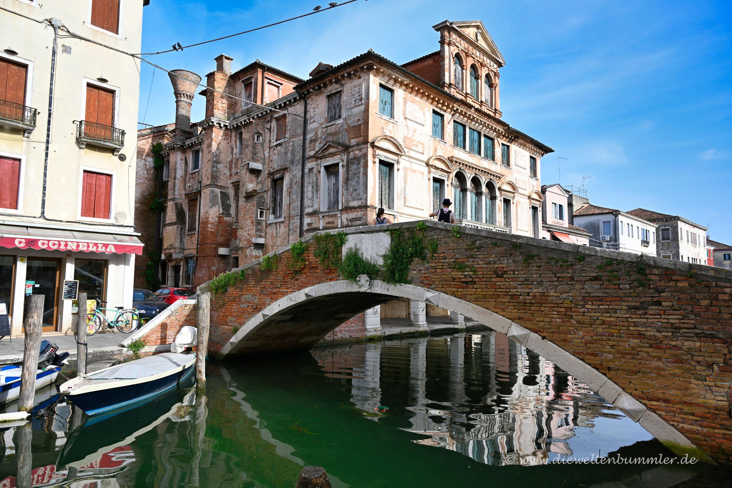 Brücke über einem Kanal