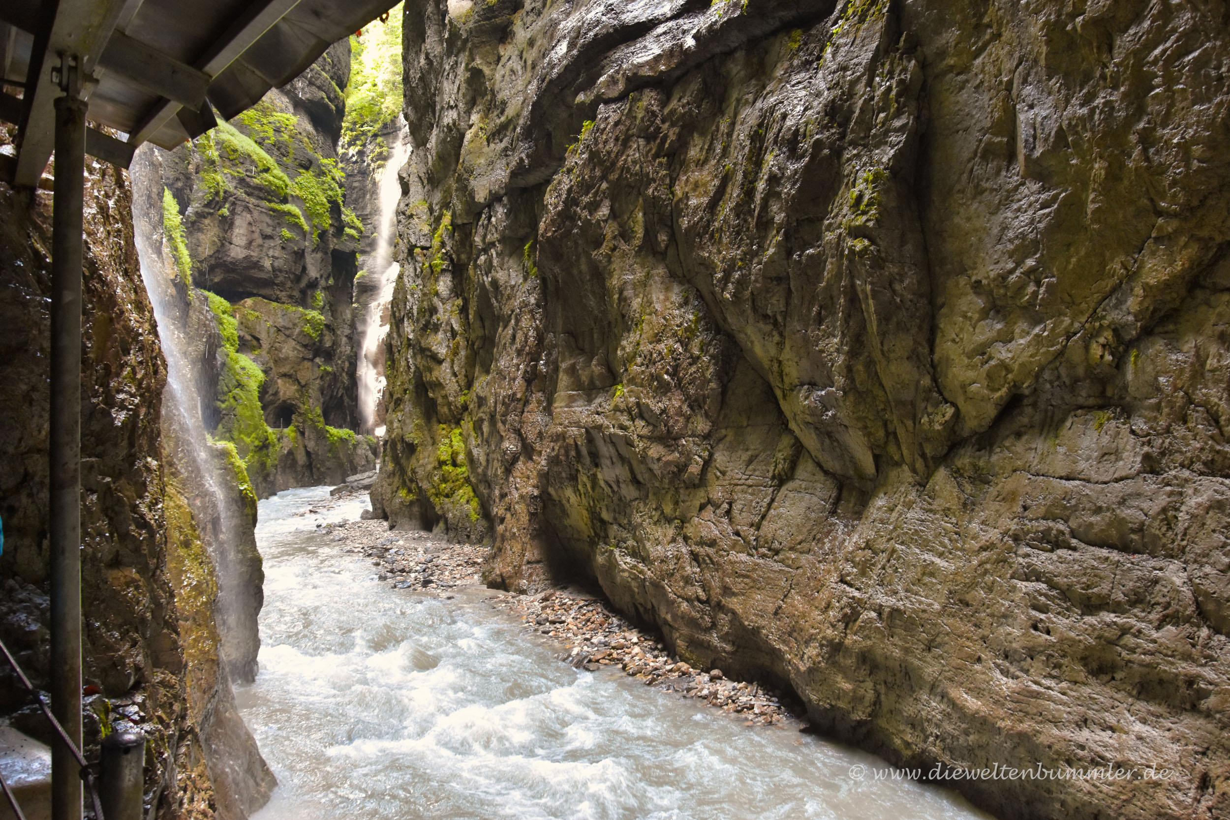 Klamm mit mehreren Wasserfällen