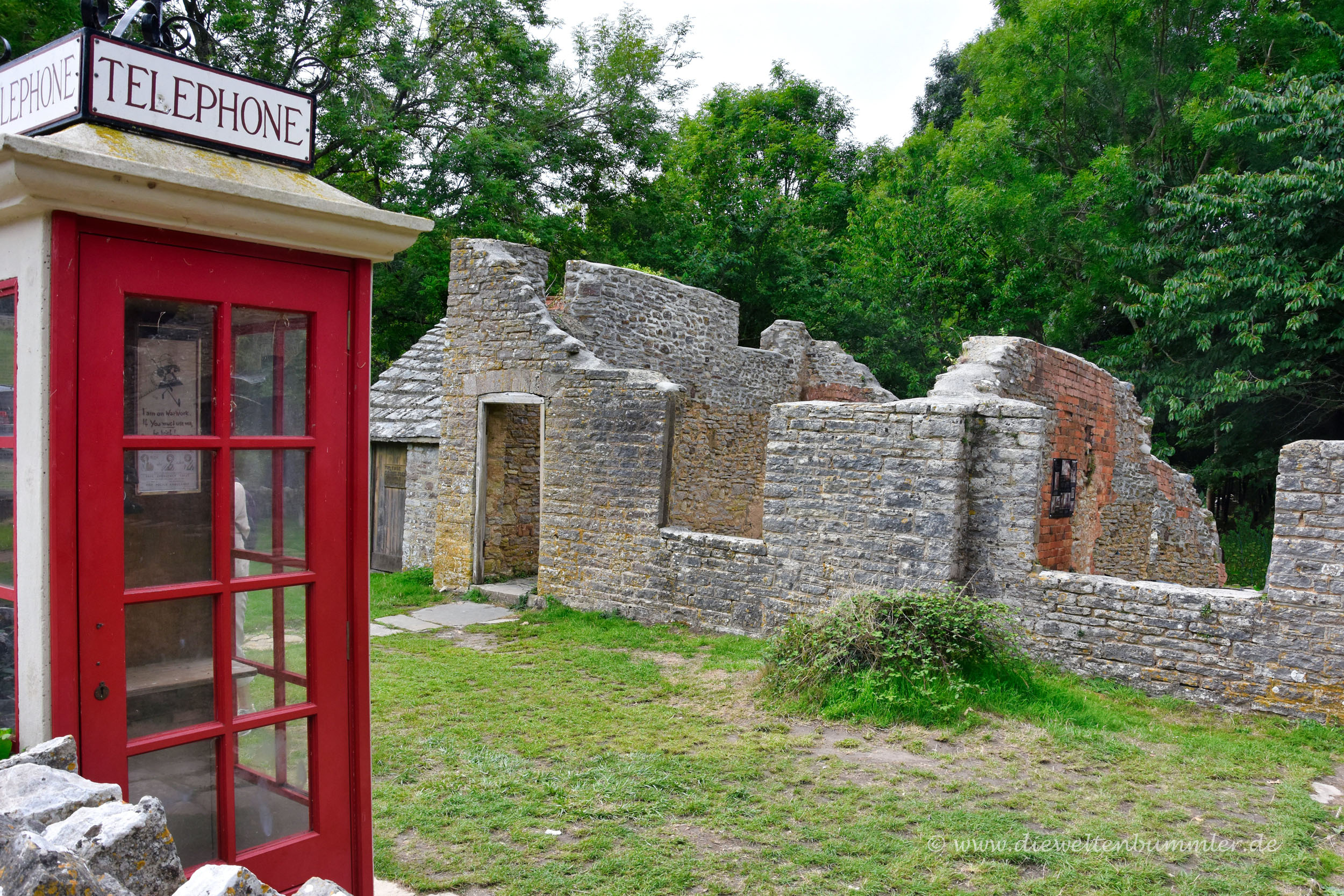 Telefonzelle und Ruinen