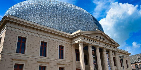 Das Museum hat ein kurioses Dach