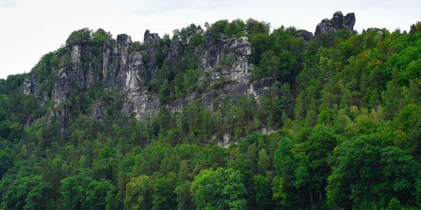 Schroffe Felsen oberhalb der Elbe