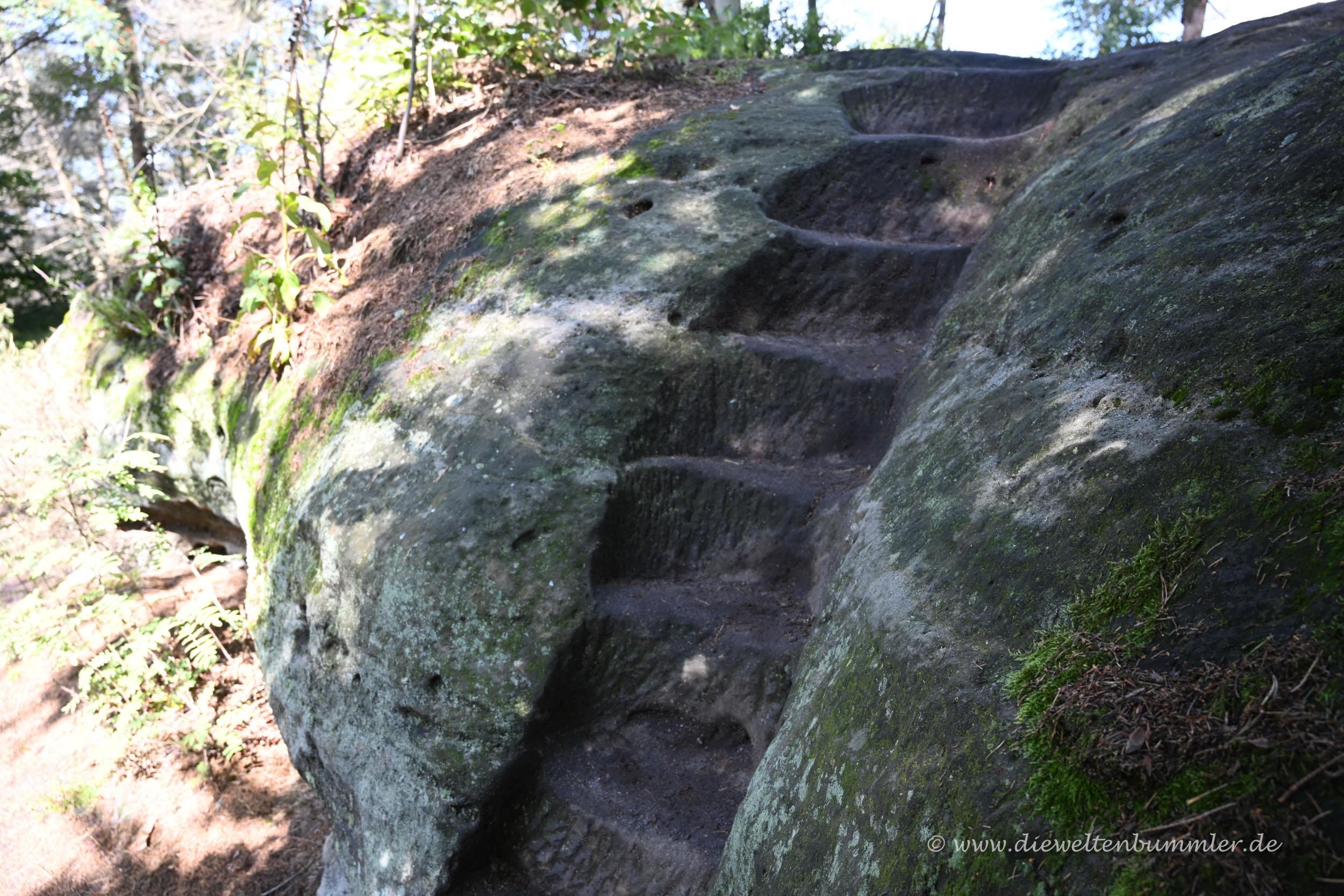 Stufen in den Stein geschlagen