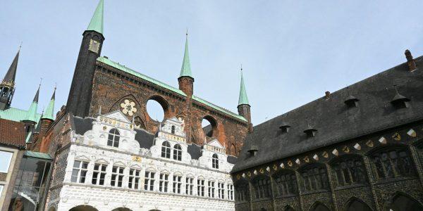 Am Rathaus in Lübeck