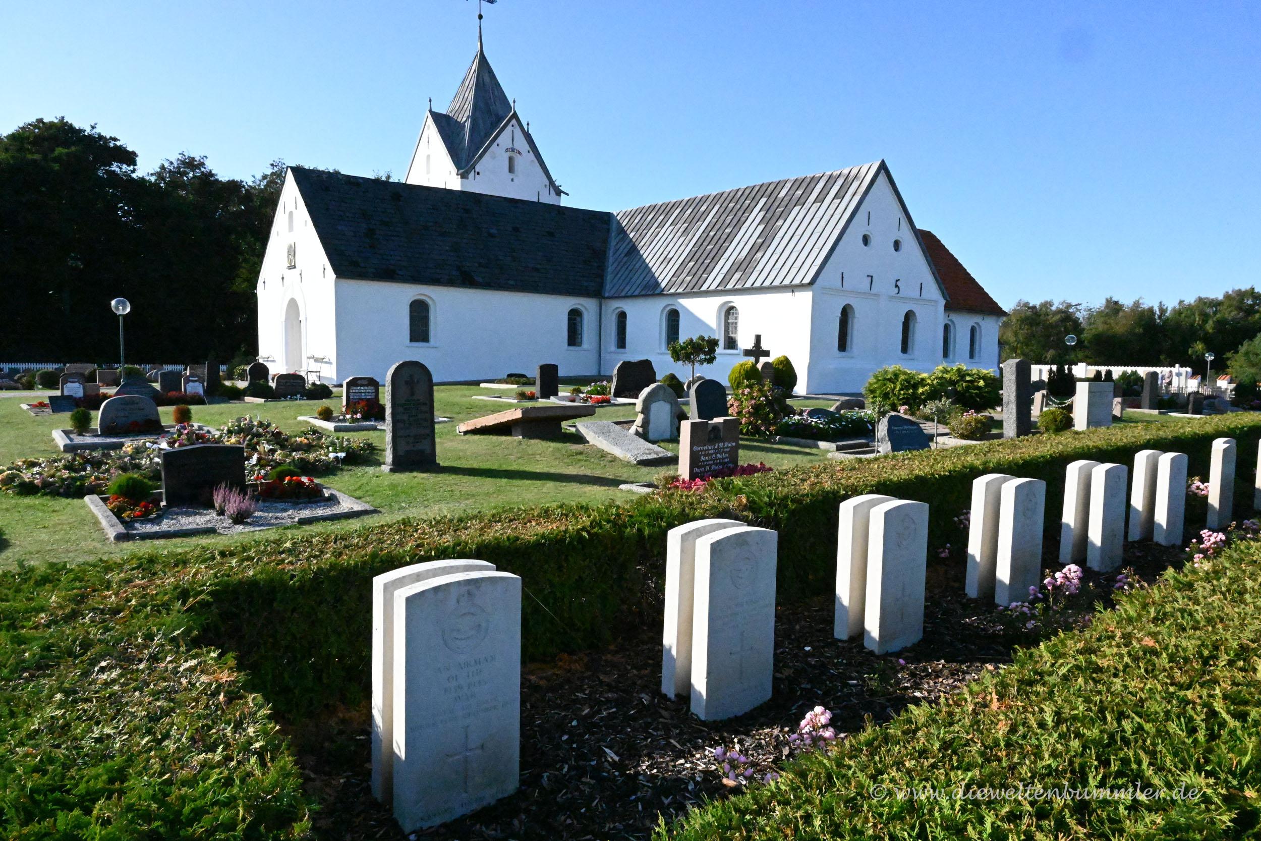 Kleiner Soldatenfriedhof an der Kirche