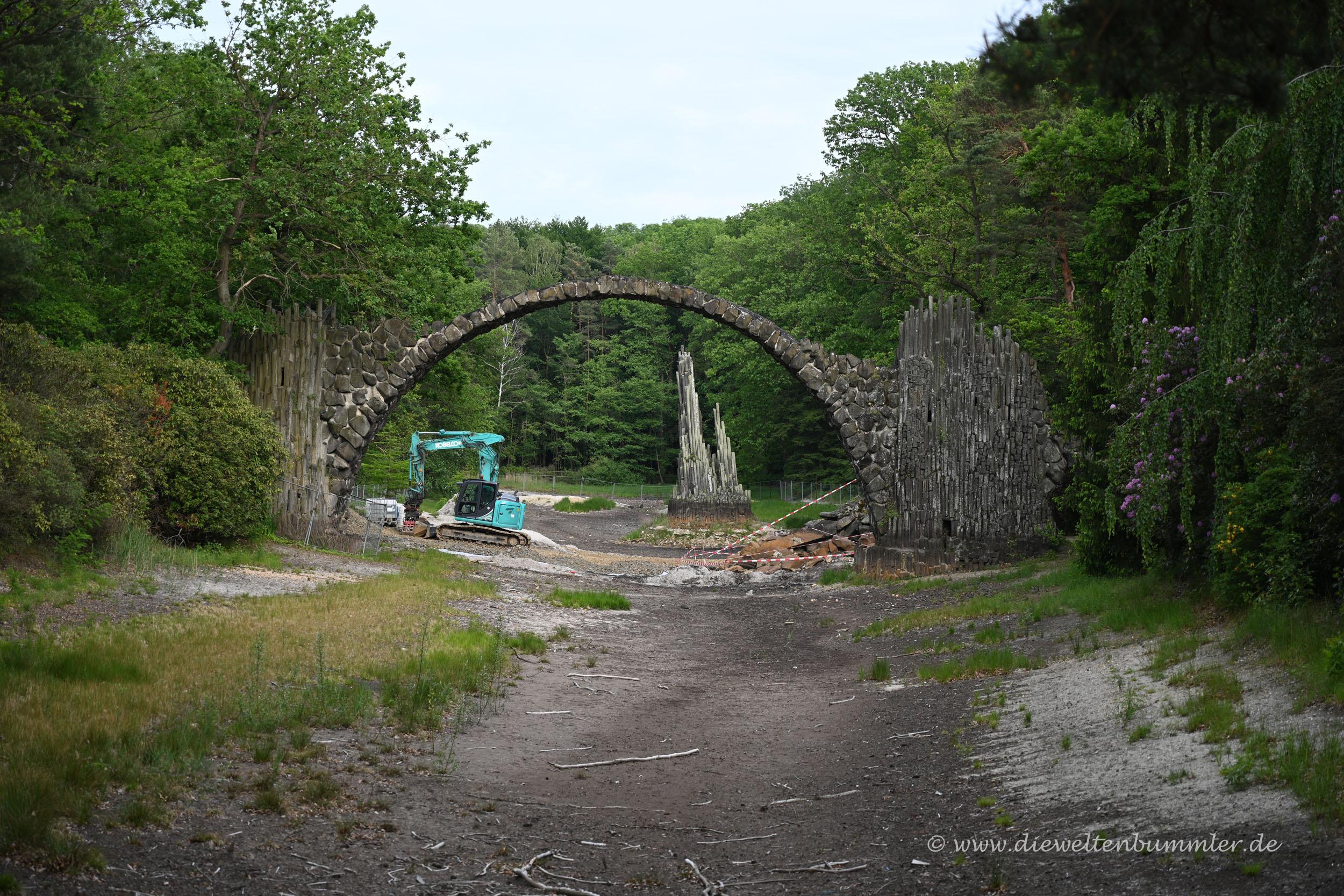 Die Rakotzbrücke bei der Restaurierung